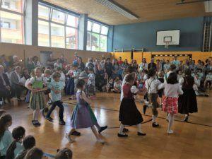 schülerInnen der vs absam eichat, die im rahmen der praedikatisierungsfeier naturparkschule absam eichat in der Turnhalle einen Tanz aufführen.