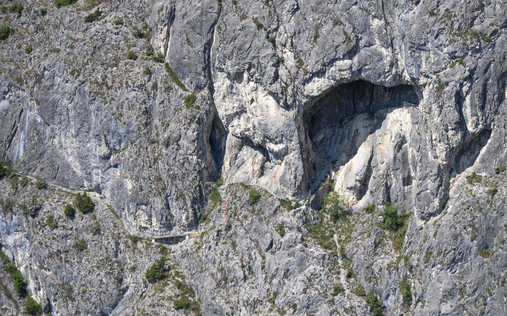 Blick auf die Kaiser-Max-Grotte in der Martinswand