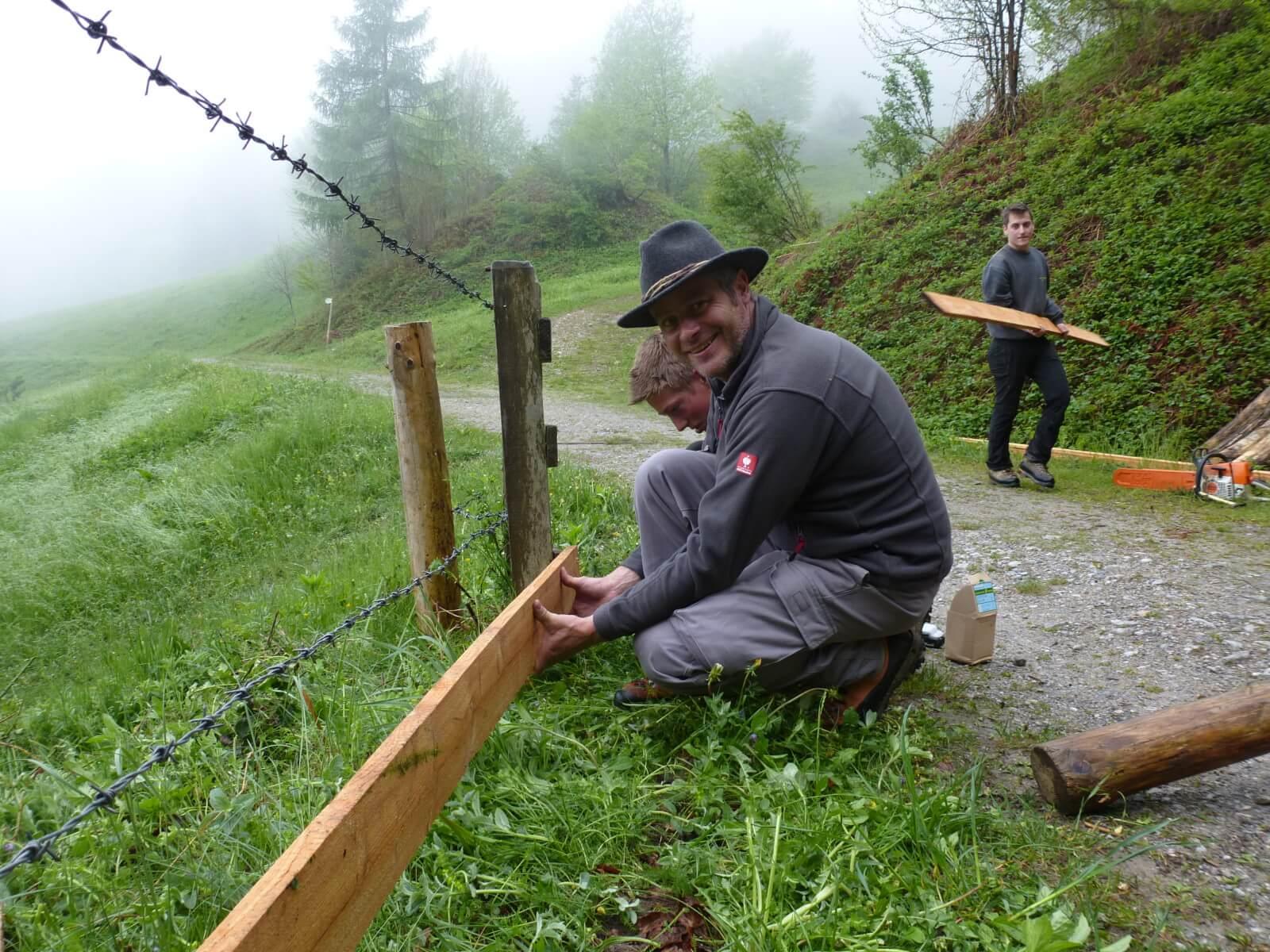 Team Karwendel bei Almpflegemaßnahmen auf der Arzler Alm 2015