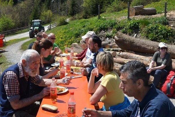 Das Team Karwendel bei einer Pause nach Almpflegemaßnahmen auf der Arzler Alm 2016