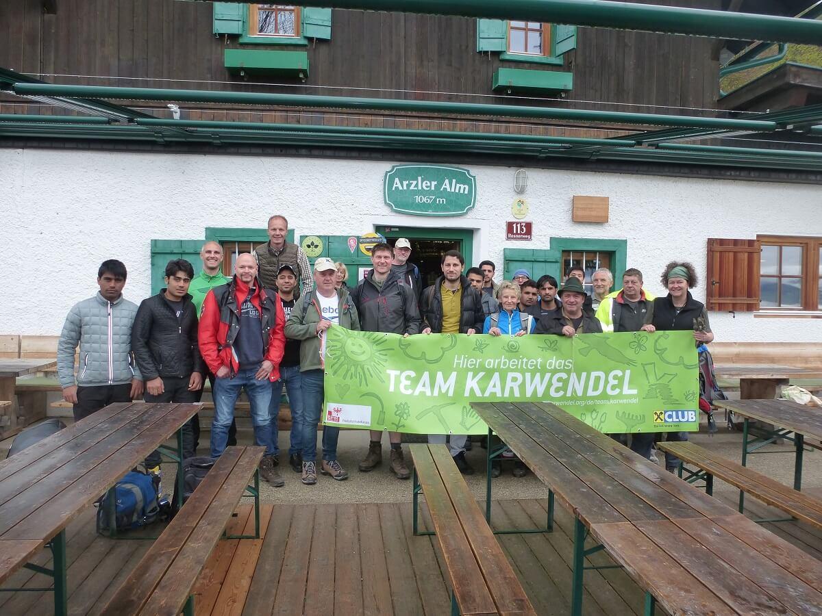 Team Karwendel bei der Almpflege auf der Arzler Alm