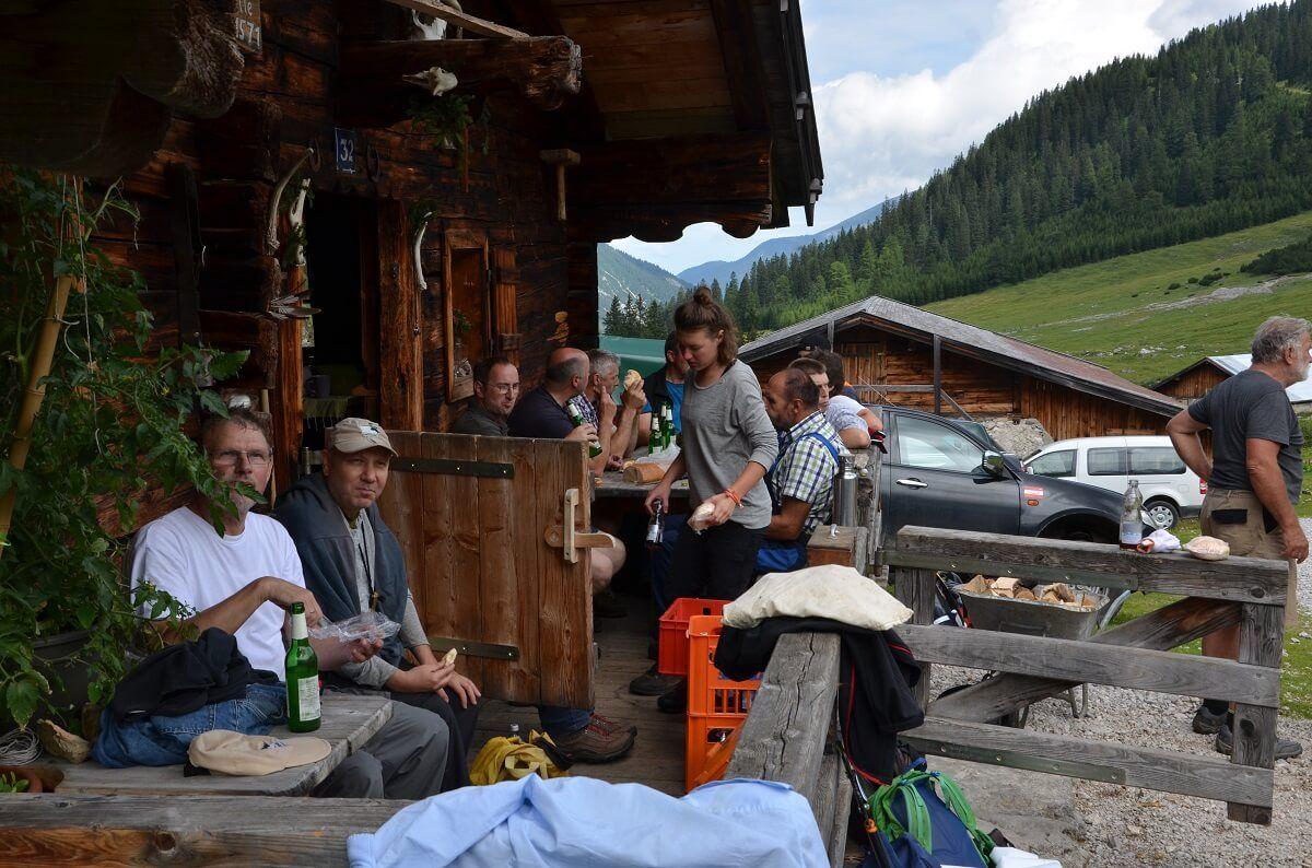 Pause an der Ladiz Alm bei einer Almpflegeaktion des Team Karwendel