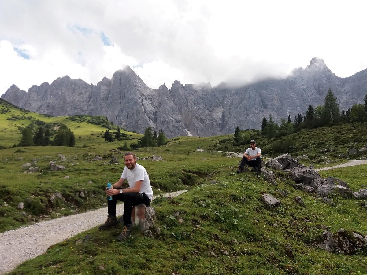 Pause bei der Almpflege auf der Ladizalm durch das Team Karwendel