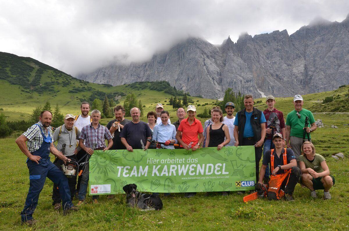 Das Team Karwendel bei der Almpflege auf der Ladiz Alm