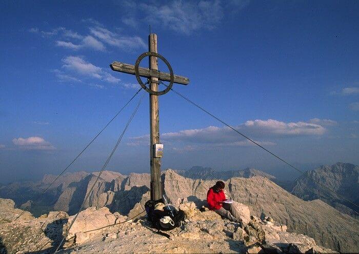 Birkkarspitze mit Wanderer am Gipfelkreuz