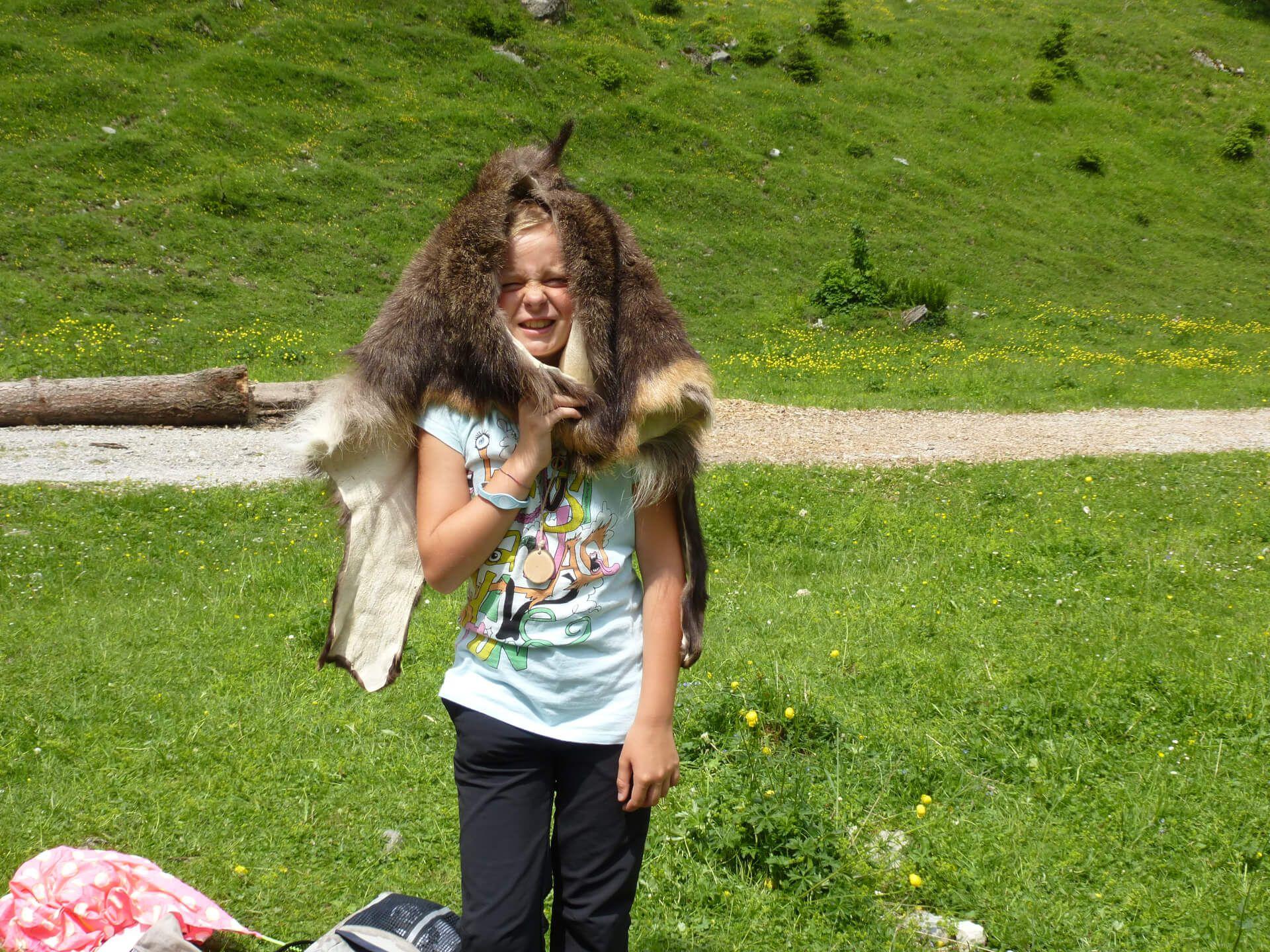 Schülerin der Naturparkschule Vomp mit Gamsfell