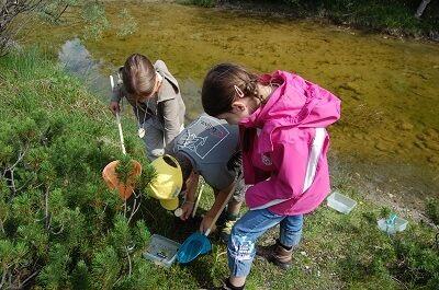 Kinder am Fluss bei einer Exkursion zum Thema Wasser