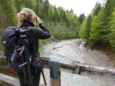 Rangerin Sina Hoelscher beim Beobachten des Rißbaches