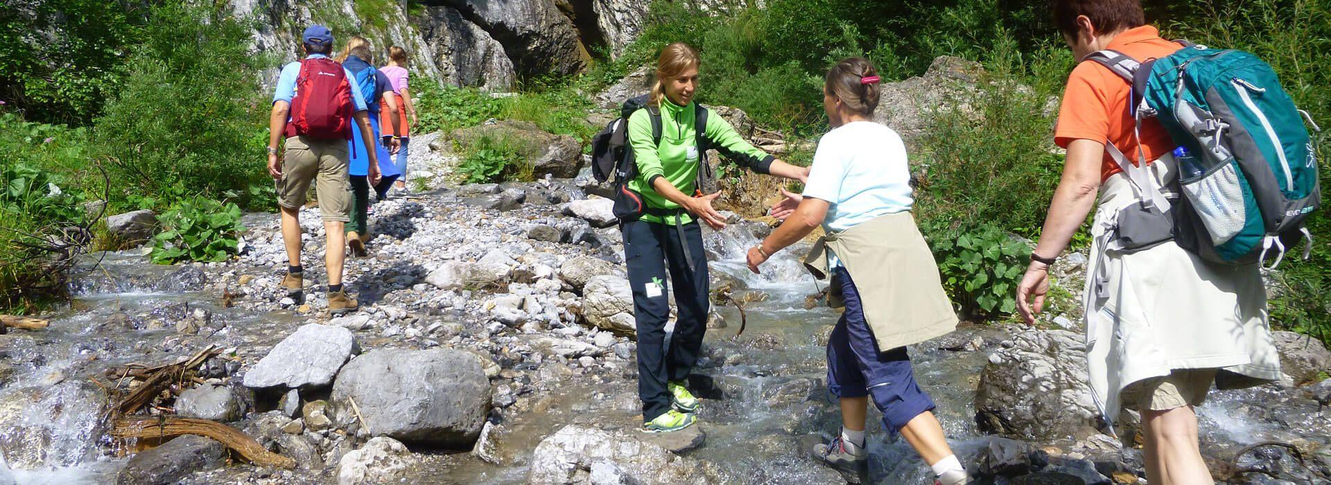 Flussquerung bei einer Naturführung