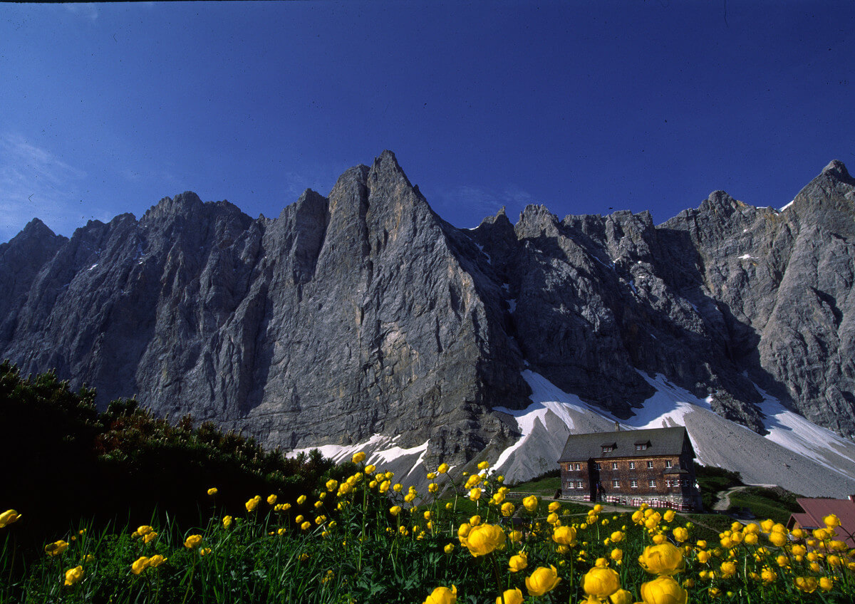Falkenhütte vor den Lalider Wänden
