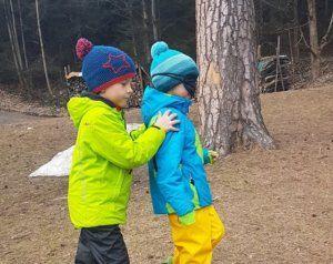 Junior Ranger beim Teambuilidung im Wald