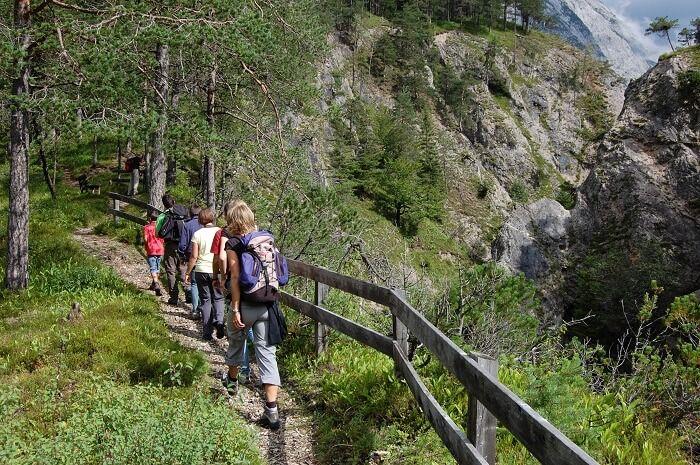 Wanderer am Karwendelsteg
