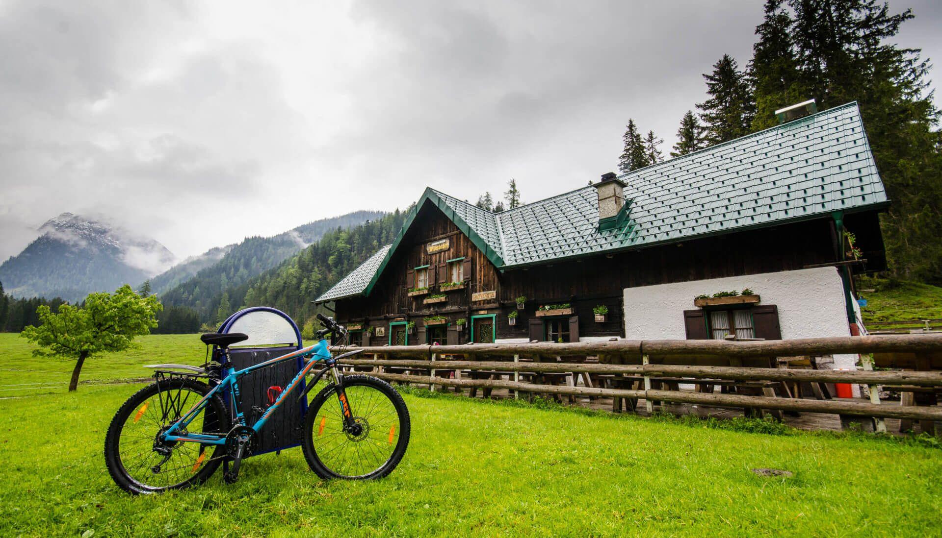Mountainbike vor der Möslalm