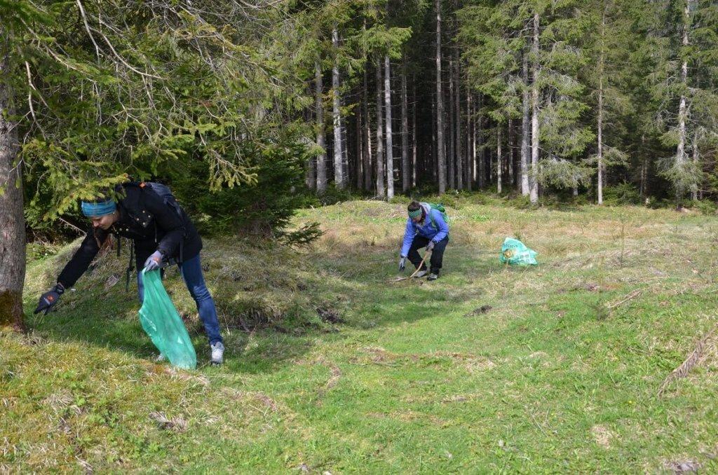 Mitarbeiter der Achenseeschifffahrt beim Müllsammeln in den Karwendeltälern
