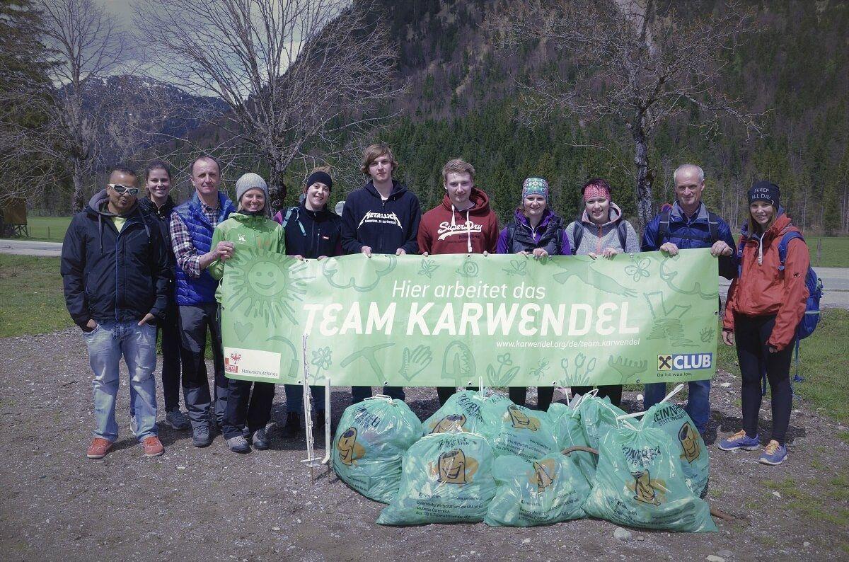Mitarbeiter von Achensee Schifffahrt bei der Müllsammelaktion Karwendeltäler 2017