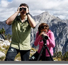 Wanderer bei Naturbeobachtung mit Fernglas und Spektiv in der Region Hall-Wattens
