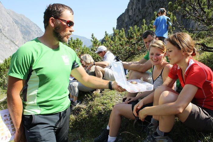 Teilnehmer einer Naturführung mit Ranger