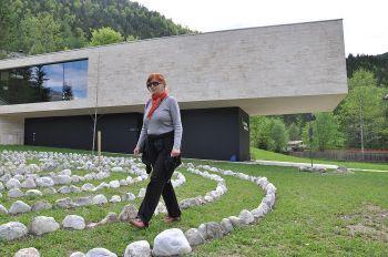 naturparkhaus mit labyrinth im vodergrund 2