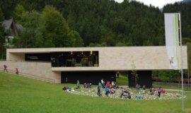 naturparkhaus mit labyrinth im vodergrund 3