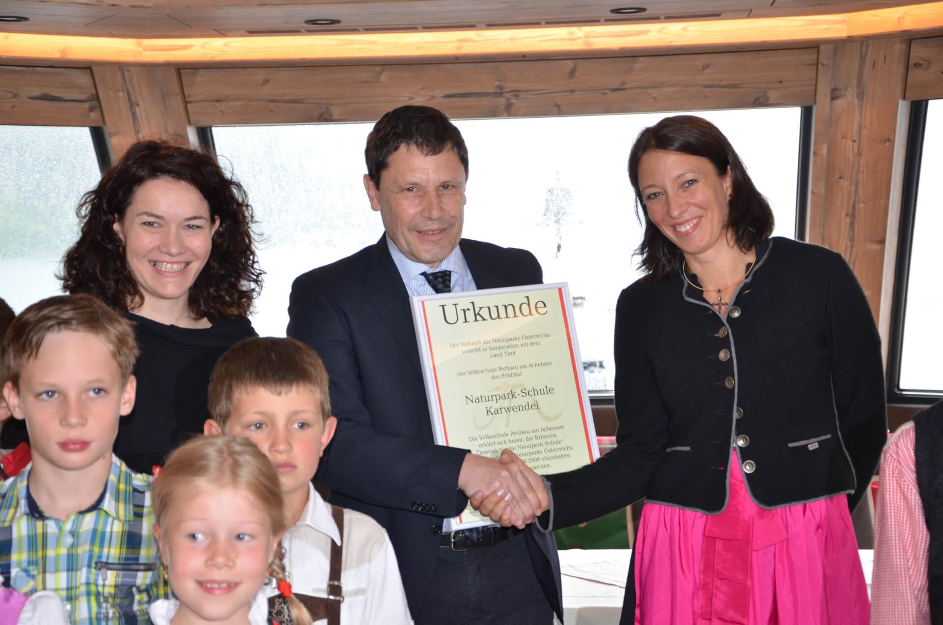 Überreichung der Urkunde bei der Prädikatisierungsfeier der Naturparkschule Pertisau