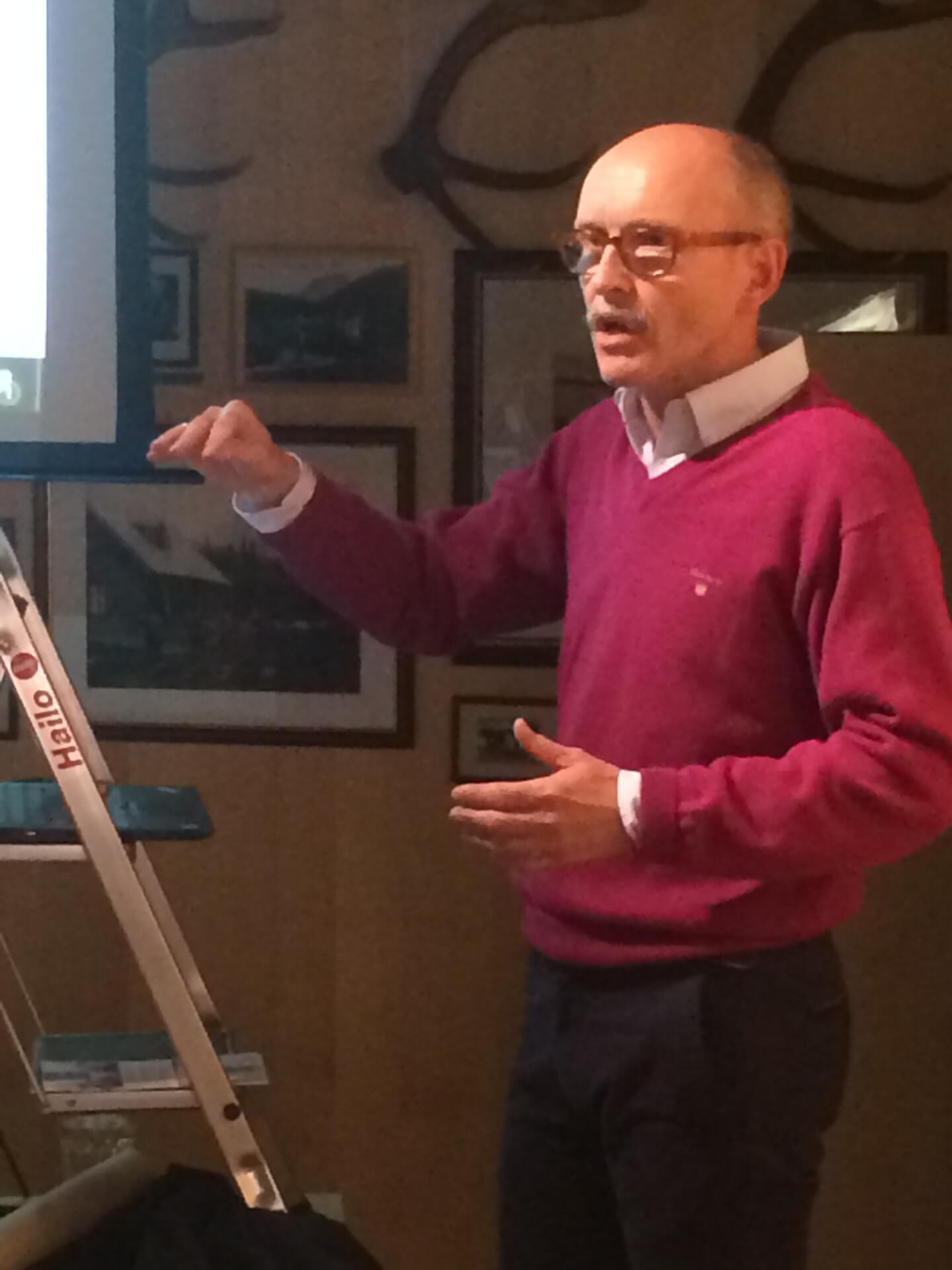 """Prof. Dr. Thomas Krefeld beim Vortrag """"Romanische Relkikte in den Namen des Karwendels"""""""