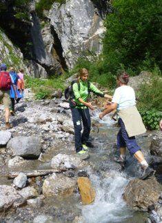 Flussquerung mit Rangerin Sina Hölscher