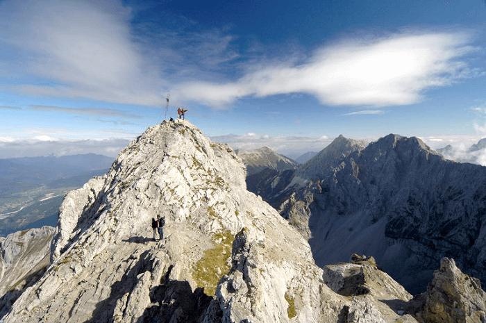 Reither Spitze mit zwei Wanderern am Gipfelkreuz