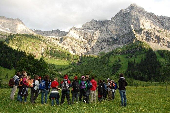 Schüler in der Eng, die auf die Spritzkarspitze schauen.
