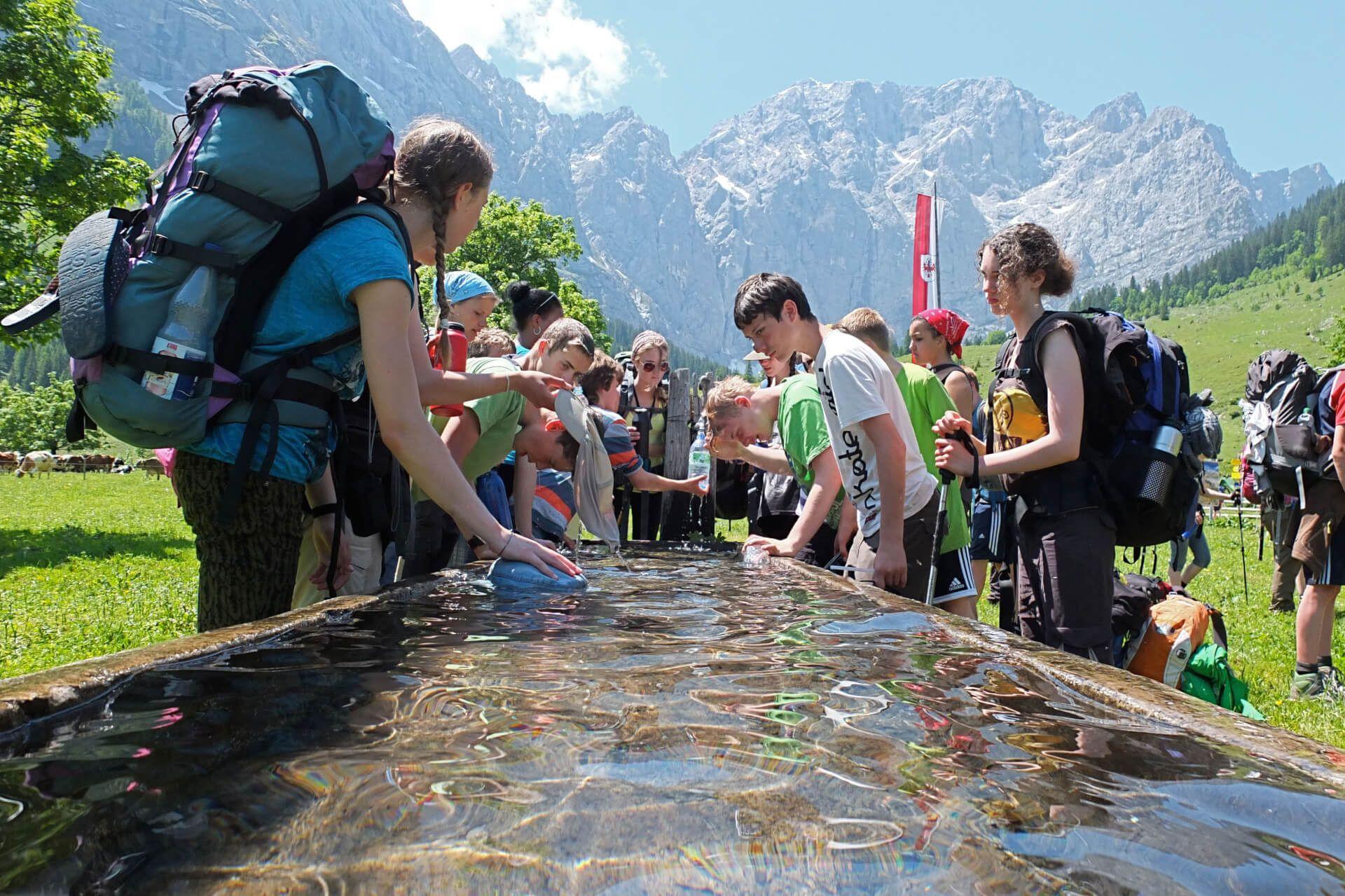 Schulklasse auf Wanderung in der Eng