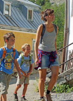 Wanderer auf dem Solewanderweg Halltal