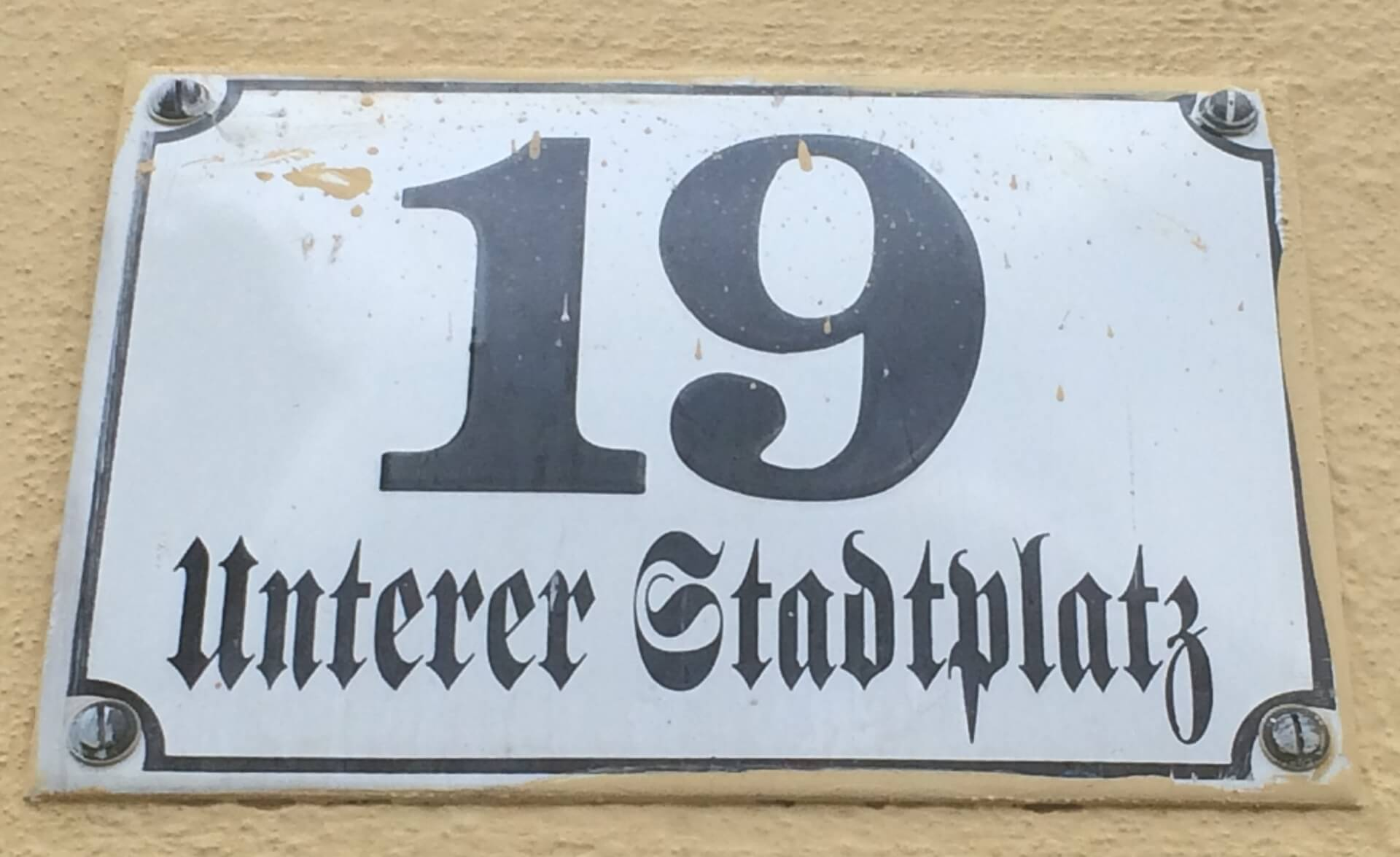 "Straßenschild Büro ""Unterer Stadtplatz 19"""