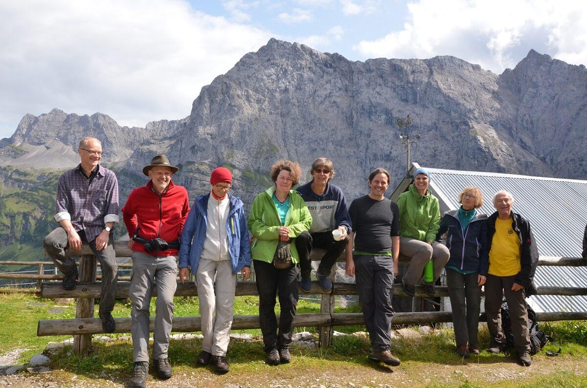 Team Karwendel bei Almpflegemaßnahmen auf der Lalidersalm