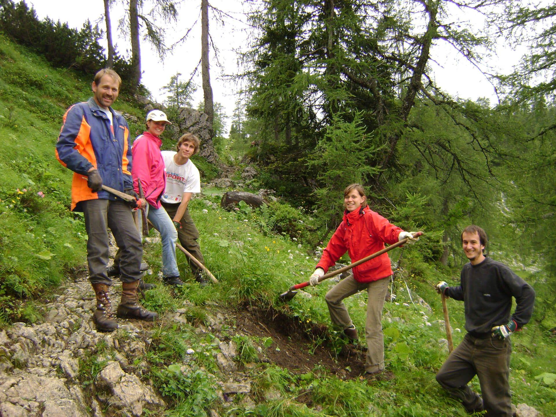 Helfer auf der Umweltbaustelle auf der Pasillalm 2009