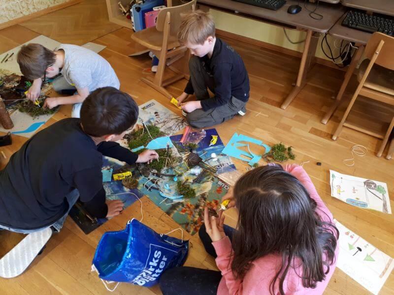 Schülerinnen und Schüler der VS Scharnitz basteln an Modellen für den Naturspielplatz in Scharnitz