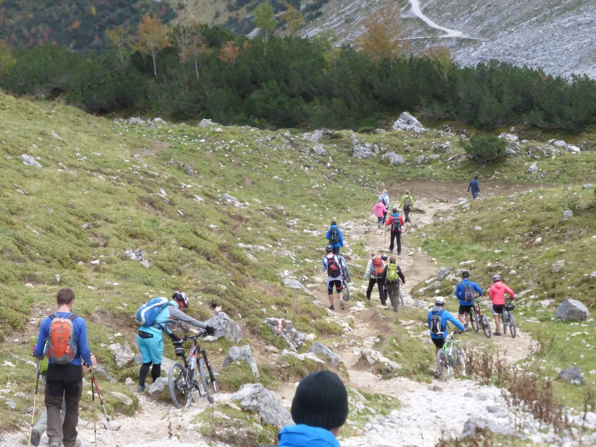 Mountainbiker und Wanderer in der Eng